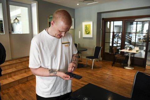 Johnny Askeland Fedje (36) er storfornøyd med den nye mobiltelefonen han har fått.