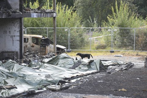 Under presenningen ligger brannrestene brannhunden fra Kripos skal gjennomsøke.
