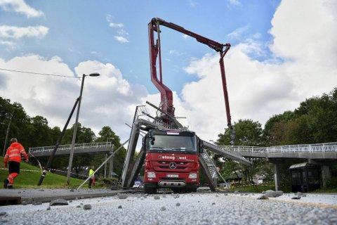 Slik så det ut da en betongbil traff en gangbro på Storetveit  onsdag ettermiddag.