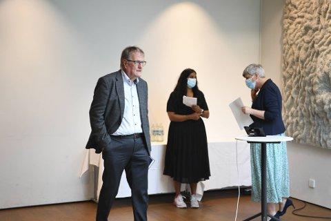 Smittevernoverlege Egil Bovim under pressekonferansen til Bergen kommune torsdag. Her sammen med fungerende byrådsleder Lubna Jaffery og helsebyråd Beate Husa.