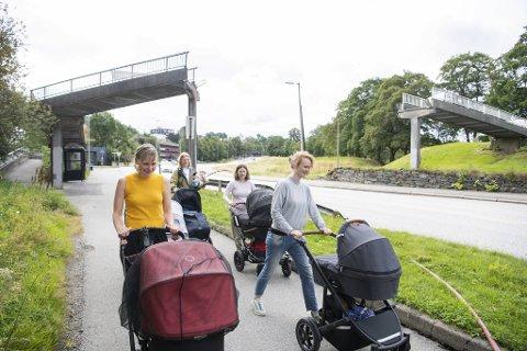 Trine Tøllefsen, Ragnhild Hannaas, Maartje La Faille, Kristin Berg og Marthe Bunes Nordgreen hadde lagt trilleturen til Storetveitvegen torsdag. Der møtte de synet av en bro som ikke lenger var mulig å passere.