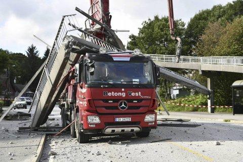 Deler av broen ble liggende over førerhuset etter ulykken.