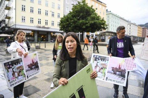 MDGs kanskje mest profilerte politiker, Lan Marie Berg, aksjonerte sammen med Josefine Gjerde (tv) og Arild Hermstad (th) på Torgallmenningen i dag.