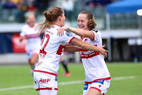 Elisabeth Terland gratulerer Ingrid Ryland med 1–0 tidlig i kampen.