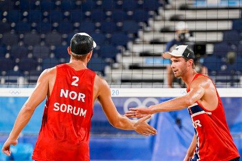 Anders Mol og Christian Sørum under semifinalekampen i sandvolleyball mellom Norge og Latvia i Shiokaze Park i OL i Tokyo torsdag.