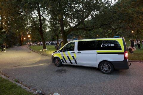 Politiet har økt sin tilstedeværelse i Nygårdsparken i fadderuken. Dette bildet ble tatt natt til tirsdag.