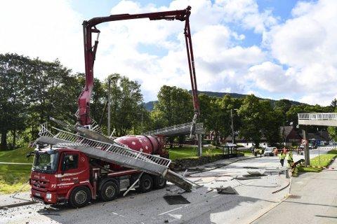 Store deler av broen ble liggende på førerhuset til betongbilen etter sammenstøtet.