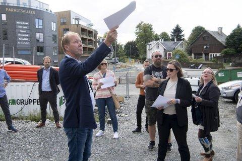 Bjarne Årdal forteller om byggehøyder til politikerne. Til høyre Reidar Staalesen  (Ap),  Charlotte Spurkeland (H) og Anne Brit Reigstad (Sp).