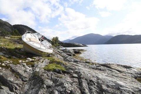 Båten, som skal være en 22 fots motorbåt, ligger fortsatt plassert på holmen.