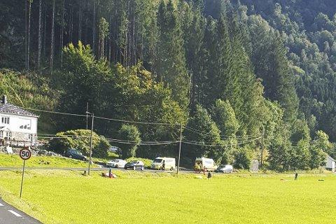 Alle nødetatene, inkludert brannvesenets klatregruppe fra Fana, rykket ut til Unneland søndag ettermiddag. Meldingen lød først på at en paraglider satt fast høyt oppe i et tre.