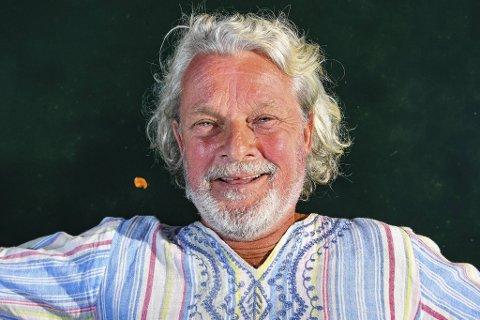 Henrik Holm bor til vanlig i Spania, men er tilbake i byen for å lage plate, og for å gå på premierefesten til «Robinsonekspedisjonen», der han er årets eldste deltaker.