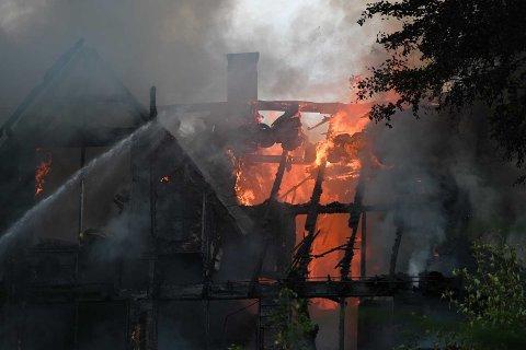 Det ble så varmt og farlig inne i boligen at brannvesenets røykdykkere måtte trekke seg ut.