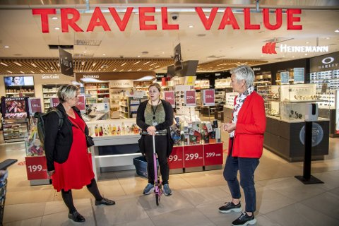 Bergensordfører Marte Mjøs Persen mener det er avgjørende at støtteordningene til Line Bjørkbom (i midten) og de øvrige permitterte på Bergen lufthavn Flesland forlenges. Til høyre LO-leder Peggy Hessen Følsvik.