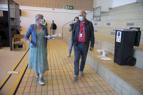 Torsdag feiret helsebyråd Beate Husa og vaksinestasjonssjef, Hossein Tehrani, at man nå kan komme og få vaksinen når en vil her i Bergen.
