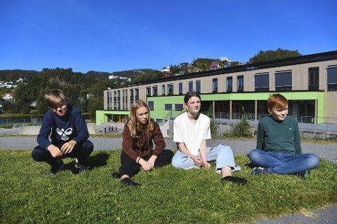 Benjamin Torsvik (12), Orkane Skaar Mæland (12), Ida Hatten Tvedt (12) og August Lunde Bjørgo (12) gleder seg til å begynne på nye Holen skole, men påpeker at det absolutt var på tide med oppussing av det historiske skolebygget. – Erstatningsskolen vår er finere enn den gamle vi hadde, sier de.