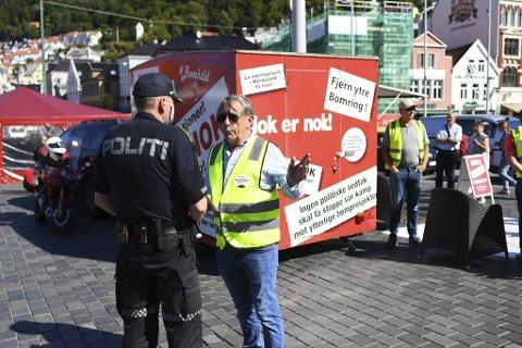 Den politiske markeringen var ikke godkjent av kommunen, men Willy Padøy og Nok er Nok stilte seg likevel opp.