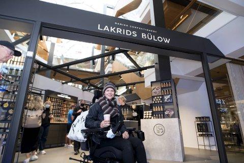 Margaret Aabrek Henriksen er begeistret for åpningen av den nye butikken med lakrisfristelser, og sier hun brenner for sentrumsbutikkene. – De kan være litt dyrere å handle i enn på nett, men det gjør at det går rundt for alle.