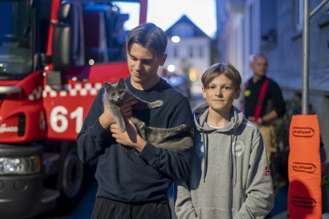 Kasper (15) og Vegard (12 var lykkelige over å få katten tilbake.