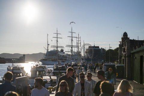 Strålende sol over Bryggen i slutten av juni. Fredag kan vi få en slik dag igjen.