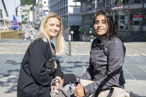 Maria Nordvik (t.h.) og Natalie Pettersen har fått vaksine, men gjør fortsatt det de kan for å unngå smitte.