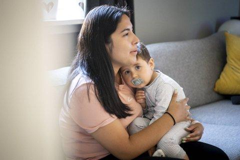 Lorena Larsen holder godt rundt sønnen Santiago (1). Hun er takknemlig for at ulykken lørdag ikke gikk verre.