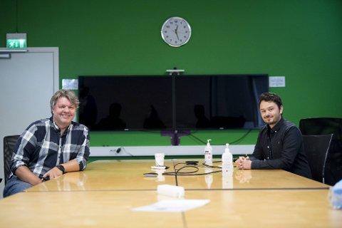 IT-sjef Lasse Nordgulen (til v.) og medarbeider Daniel Losvik i NextGentel synes det er deilig å komme seg vekk fra hjemmekontoret, selv om koronameteren må overholdes på hovedkvarteret her på Sandsli.