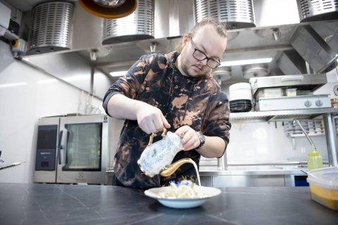Kjøkkensjef Stian Leon Holme har komponert sjømat-menyer som han håper skal lokke mange til restauranten på Damsgård.