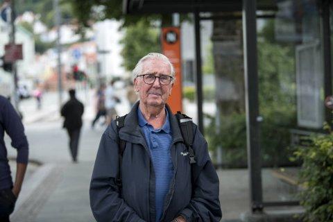 Kåre Håland (92) mener bussene må være for alle, også de som ikke har mulighet til å kjøpe billett på forhånd.