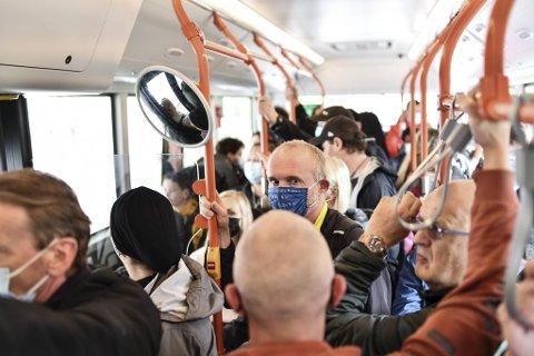 Dette bildet vart tatt i starten av juli. No fryktar Skyss at det skal bli fulle bussar igjen når enda fleire skal reise kollektivt.
