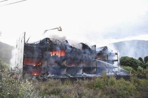 Bygget med kommunale boliger på Lone i Arna ble i natt rammet av en storbrann.