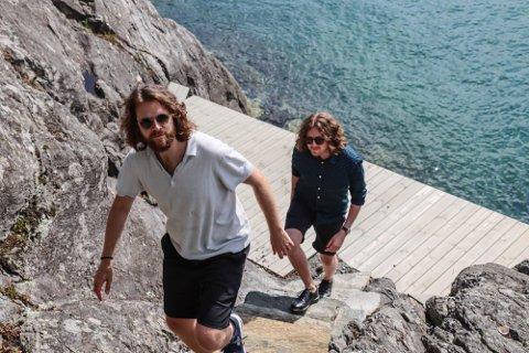 Sondre Veland (øverst) og Bastian Veland i stekende sol på Hosøy.