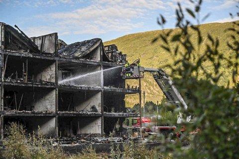 Slukningsarbeidet pågikk hele helgen, der altanene på baksiden av bygget var helt tapt i flammene.