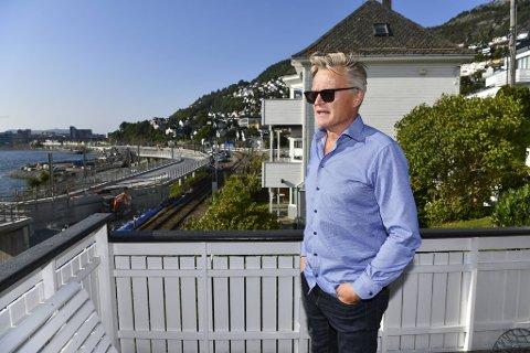 Ivar Krumsvik er fortvilet over støyen fra godstogene som dundrer forbi noen meter fra husveggen hans.