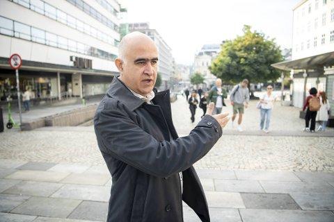 Vaksinestasjonssjef Hossein Tehrani hentet inn 500 vaksinevillige forrige lørdag - rett fra gaten.