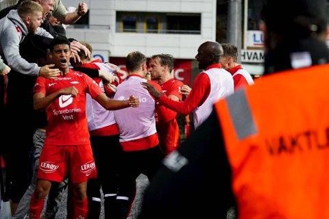 Brann-debutant Japhet Sery Larsen jubler for 2-1-scoringen til Bård Finne (t.h.)
