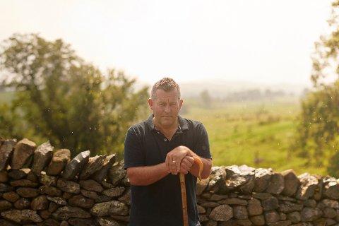James Rebanks bokdebuterte i 2015 og nådde lesere verden over med historien sin fra gården i England. Nå skriver han en ny, med Norge som utgangspunkt.