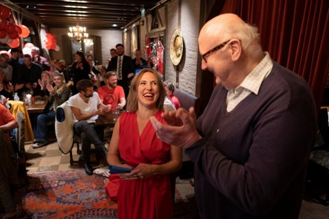 Sofie Marhaug arvet Rødts lokallag etter Torstein Dahle. Etter å ha blitt valgt inn på Stortinget ventet lovordene fra partinestoren.