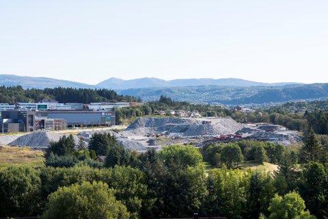 Dette området var tidligere skogareal. Nina Bless og ektemannen Ottar Liland bor nå tett på anleggsvirksomheten.