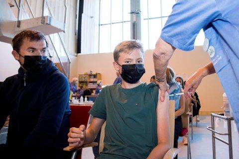 Kristian Haugetun (13) hadde med pappa Pål Haugetun da han fikk koronavaksinen tirsdag. – De jeg omgås er klare for å ta den, sier 13-åringen.