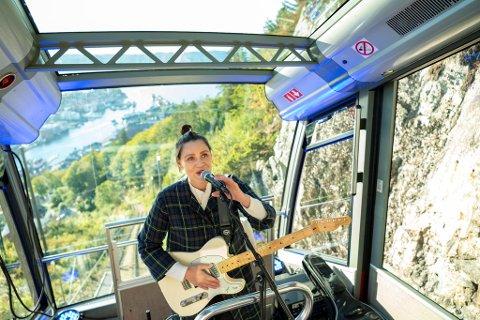 """Silja Sol spiller låten """"Trærne"""" med både natur og by i bakgrunnen."""