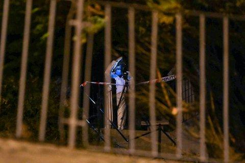 Krimteknikere gjorde undersøkelser i hagen tirsdag kveld.