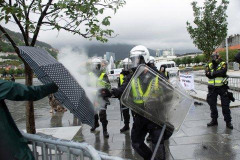 I fjor tok politiet i Bergen i bruk tåregass for å stoppe motdemonstrantene som møtte opp for å protestere mot Sian. Det kan de ta i bruk i år igjen.