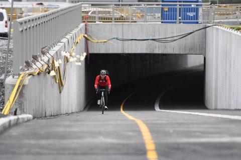 – Dette er tryggere og raskere enn å kjøre bil, sier Erlend Rudjord fornøyd etter å ha testet den nyåpnede gang- og sykkelveien på Minde. Snart åpner flere store sykkeltunneler i området.