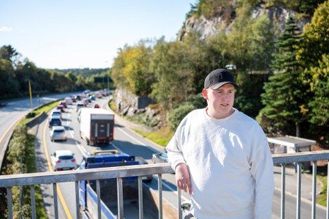 Trafikklærer Jørgen Bjelland kjører fra Bergen til Sotra hver dag for å komme seg på jobb. Han er lei av all tiden han og tusenvis av andre bruker i kø.