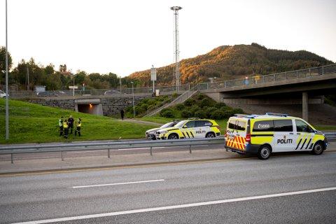 Mannen kom ut i motorveien fra denne gangveien. (Arkivfoto)