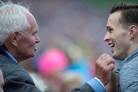 Det så riktig så koselig ut da Karsten Warholm møtte Trond Mohn første gang milliardæren ble hyllet av friidretten i Bergen i 2018. Da ville Warholm spandere middag på Mohn, men enn så lenge har ikke velgjøreren slått til på tilbudet.