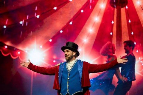 """Endelig premiere på Stian Blipps soloshow """"Cirque du Blipp"""": – Han er født til å stå på en scene, sier Christoffer Schjelderup."""