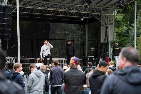 Dårlig Vane opptrådte under Bergen for alle-festivalen: – Fint å være her på en dag som dette, sier Lars-Kristian «Kikkan» Holme fra scenen.