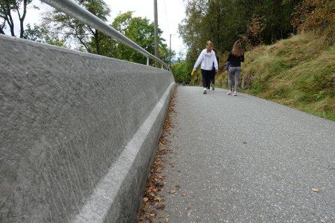90 centimeter høye murkanter er satt opp i de krappeste svingene ned fra Fløyen. Hovedårsaken er at Fløibanen holder stengt det neste halvåret og biltrafikken øker.