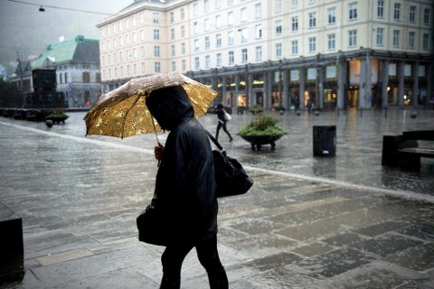 Om få dager blir det godt, gammeldags paraplyføre på Torgallmenningen. Onsdag kan det falle hele 50 millimeter. Deretter fortsetter nedbøren jevnt utover uken.